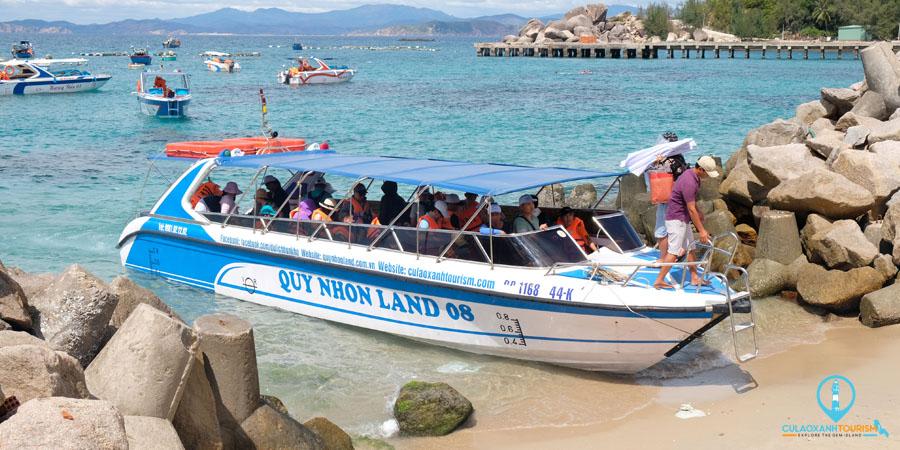 Ca nô Quy Nhơn Land 08 cập bến Cù Lao Xanh
