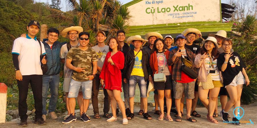 Khách du lịch chụp hình kỷ niệm tại Bãi Ga La Cù Lao Xanh