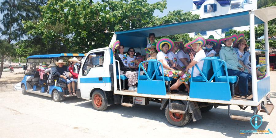 2 xe điện của Công ty Cổ phần Cù Lao Xanh Tourism chở khách đi tham quan Đảo
