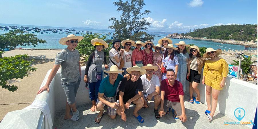 Đoàn khách chụp hình lưu niệm trước Homestay Cù Lao Xanh