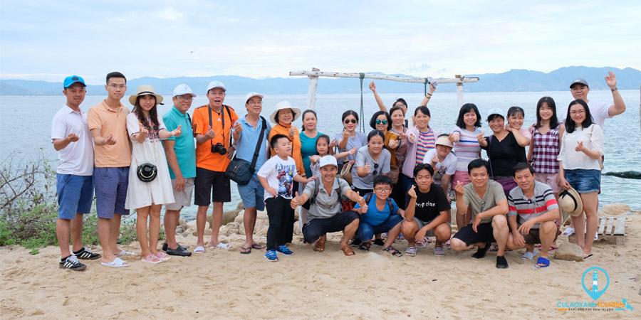 Khách đoàn chụp hình kỷ niệm tại Bãi tắm Ga la