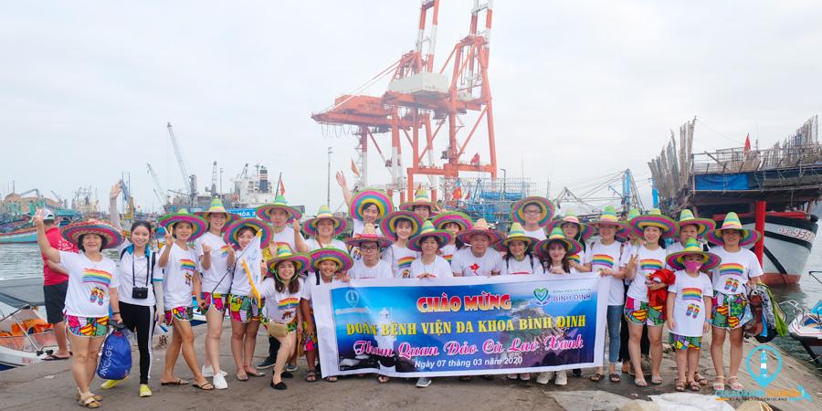 Đoàn khách Du lịch Cù Lao Xanh chụp hình lưu niệm tại Cảng Cá Bình Định